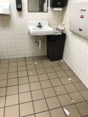 Hays, KS: Dirty! Bathrooms are disgusting! People have to wipe off their own tables to even get a place to