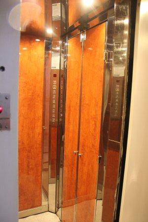 Hotel Metropolis: Tiny elevator