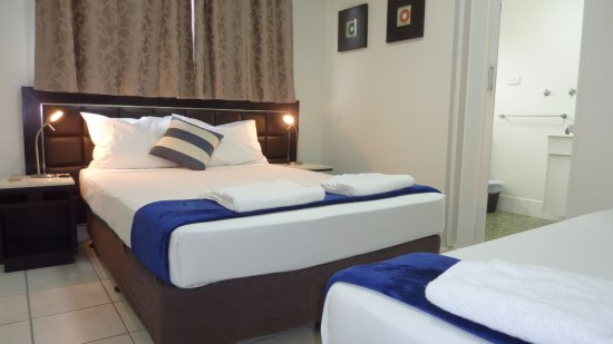 Motel En Suite Bathrooms: One Bedroom Apartment Bedroom With Double And Single Bed