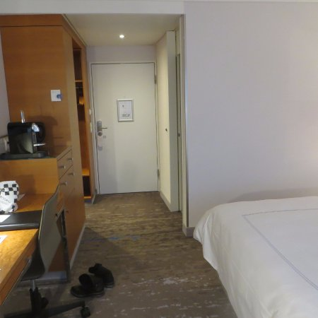 Swissotel Zurich: Work desk, coffee machine, mini bar and door