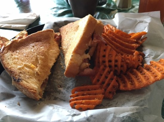 Linville Falls, Kuzey Carolina: Grilled pimento cheese with bacon, waffle cut sweet potato fries