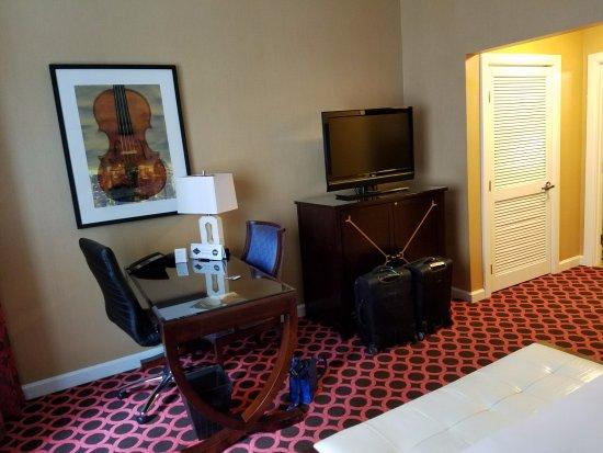 Kimpton Hotel Monaco Chicago: King Room - desk/TV