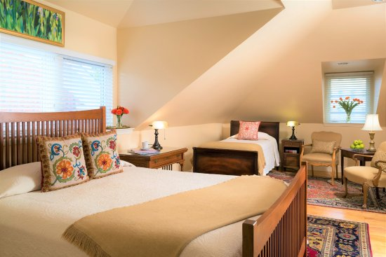 Woodley Park Guest House: Room 136 - Recently renovated, this beautiful top floor room accommodates 3!