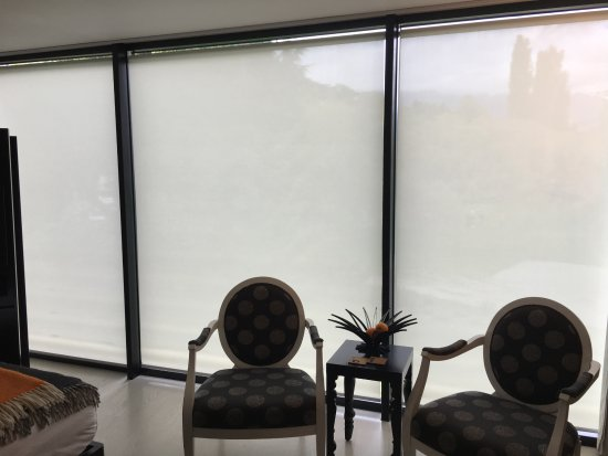 Queenstown Park Boutique Hotel: Fully motorized electric blinds for privacy.