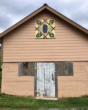Newland, Carolina del Norte: A Barn Quilt on one of their winery buildings