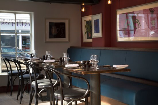 Shipston on Stour, UK: Seating under art by The Stour Gallery