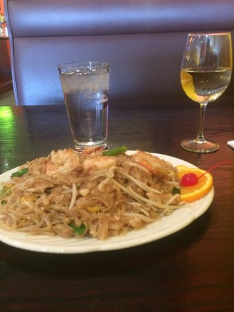Twinsburg, Огайо: A glass of Riesling and pad Thai was wonderful. If you want spicy ask for country pad Thai, whic