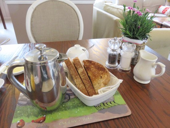 Llangattock, UK: Coffee and Toast - Ty Croeso B&B - Wales (20/Apr/17).