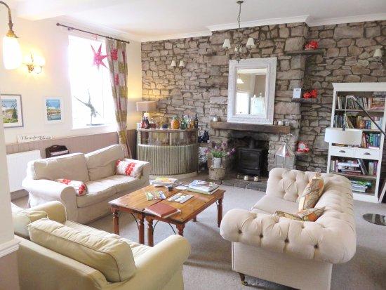 Llangattock, UK: Guest lounge & honesty bar - Ty Croeso B&B - Wales (20/Apr/17).