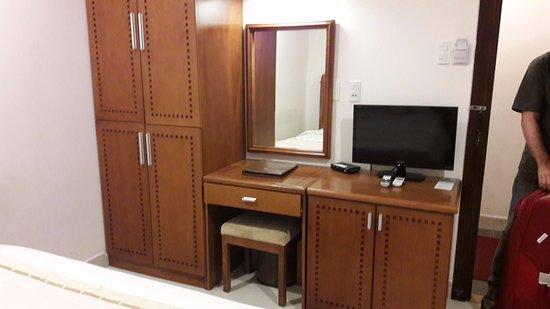 Tan Hoang Long Hotel: armários e frigobar na cômoda
