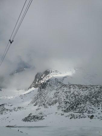 Tatranska Lomnica, Slowakei: Cabos do teleferico olhando para o Lomnicky peak visto do Skalnaté Pleso
