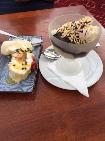 Dromana, Australia: Pavlova and Icecream sundae