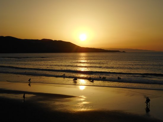 peaceful sunset at Playa de Las Canteras, easy to forget one is in a city..