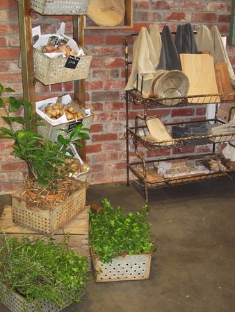 Coldstream, Австралия: Elegant country decor highlighting the produce