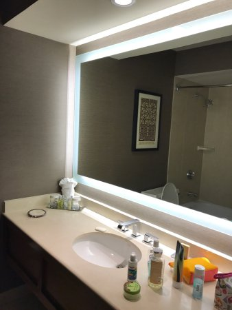 Oak Brook, IL: Pictures of the room with double queen beds. The beds were comfortable, but the bathroom was a b