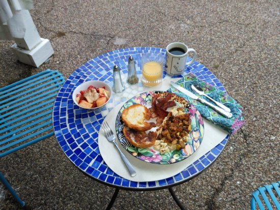 Navasota, TX: Night lights & breakfast at Bogart's