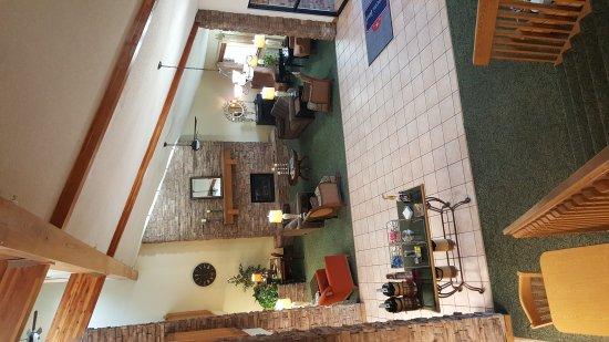 Garden City, KS: Bedroom King Bed and Lobby