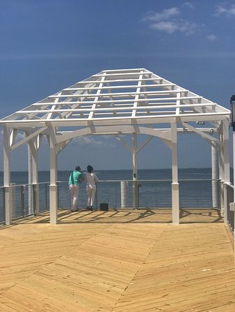 Bay Harbor Hotel: romantic setting with great weather on the pier