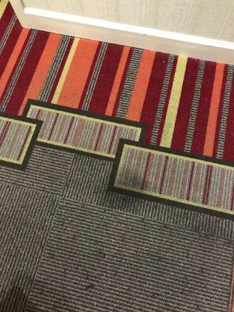 ริดจ์แลนด์, มิซซิสซิปปี้: Stained hallway carpets (Entire hallway was like this)
