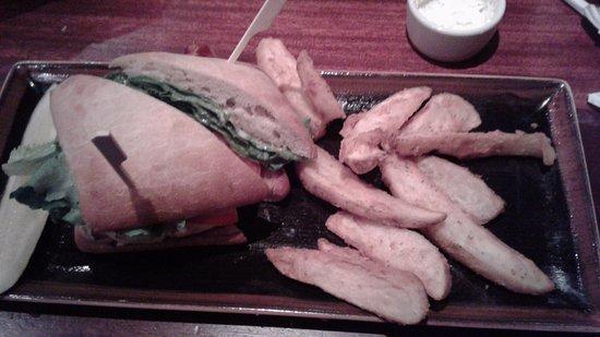 Fairfield, Коннектикут: Chicken sandwich with steak fries.