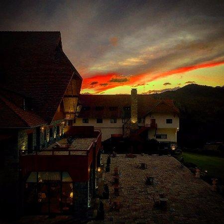 Llao Llao Hotel and Resort, Golf-Spa: Atardece en la terraza del Winter Garden.