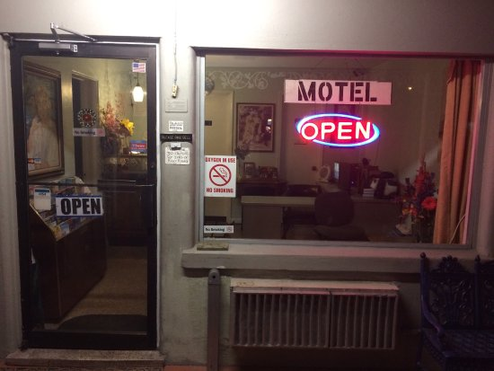 Silver Springs Motel: Usually someone available to help you until the late hours- weekends often open  24hrs.