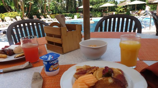 Porta Hotel Antigua: You can have breakfast next to the family pool