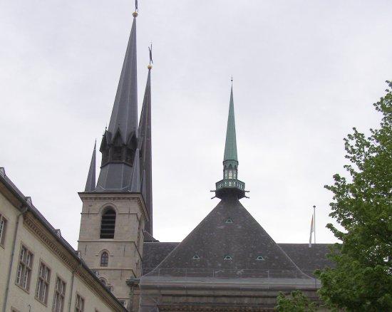 Notre Dame Cathedral (Cathedrale Notre Dame): 大教堂樸實 無華的尖塔與屋頂