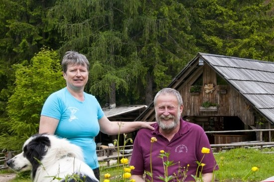 Gozd Martuljek, Slowenien: Owners in front of the cottage