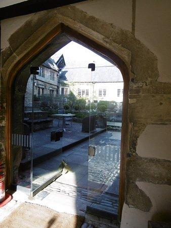 Shipton under Wychwood, UK: Blick in den Innenhof vom Eingang