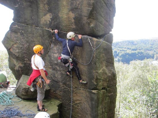 Groombridge, UK: Precarious moves on this block at Rivelin, The Peak District
