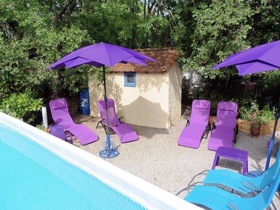 Durfort-et-Saint-Martin-de-Sossenac, France: quelques transats à coté de la piscine