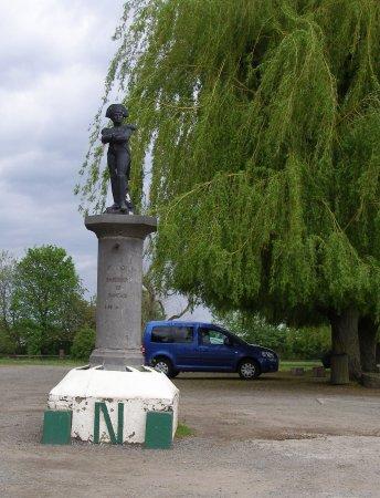 Waterloo, Bélgica: 停車場的拿破崙像