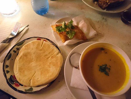 Cafe Ganesh: la soupe de lentille au curry et samossas végétariens (2 entrées)
