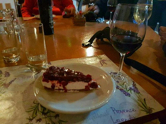 Turanj, Kroatië: home made cake and our  excellent red wine