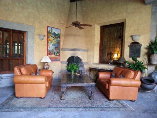 Hacienda De Los Santos: Sitzgruppen vor den Zimmern unter den Arkaden
