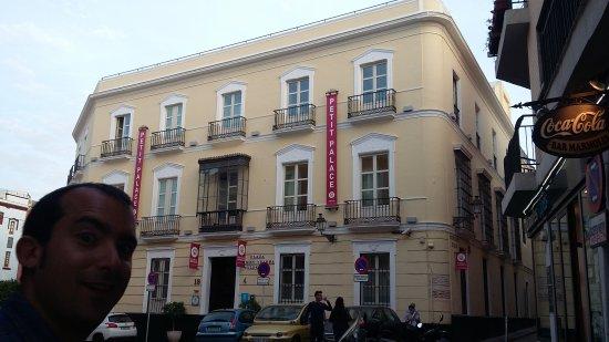 Petit Palace Santa Cruz: 20170422_203622_large.jpg