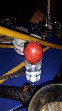 Tholaria, Greece: Het traditionele eieren slaan. Na de maaltijd paasnacht. Ik heb gewonnen.