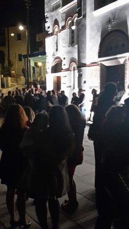 Tholaria, Greece: Naast het restaurant wachten tot 12 uur. Het paasfeest kan beginnen.en