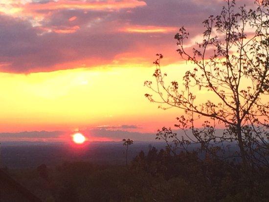 Bühl, Tyskland: Sonnenuntergang vom Biergarten aus hausgemachter Apfelstrudel mit Vanilleeis