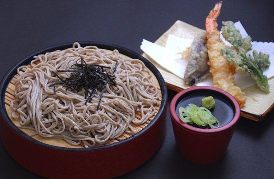 Memuro-cho, Japón: 天ざるそば(1,180円)自家製のそばも好評です。ちょっと黒めのいわゆる田舎そば。