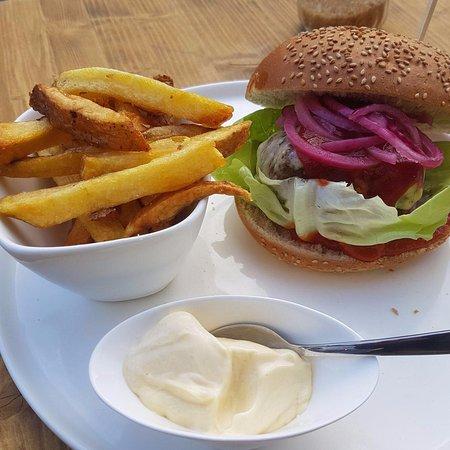Zwolle, Niederlande: Biologische hamburger met mojo dip, huisgemaakte ketchup en ingelegde rode uien