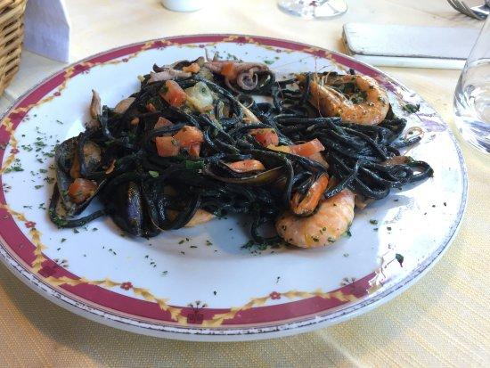 Ristorante La Pineta: Un primo di pesce: taglierini neri ai frutti di mare