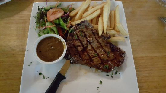Eden, Australia: Scotch fillet with chip and salad, and pepper sauce