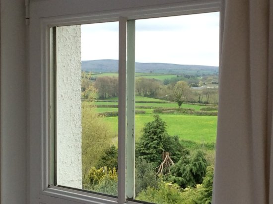 Moretonhampstead, UK: Butterdon guest bedroom - view out to Dartmoor