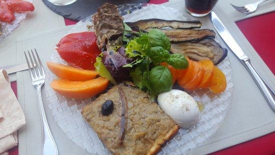 Entrecasteaux, ฝรั่งเศส: Assiette gourmande, fraise chantilly et moelleux châtaigne