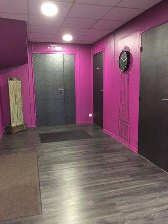 Saint-Marcel, France: el interior del hotel es todo de color morado y negro.