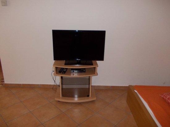 Charles Bridge Apartments: der Fernseher; eine akustische Katastrophe