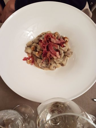 Pella, Italia: gnocchi al radicchio su salsa al formaggio e speck croccante