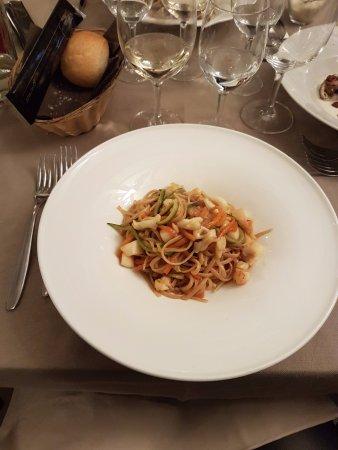 Pella, Italia: tagliatelle di farro integrale con verdurine saltate e salsa di soia
